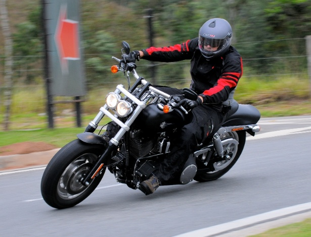 Fat Bob é o modelo Dark Custom da HD, com motor V2 e dupla saída de escapamento cromada
