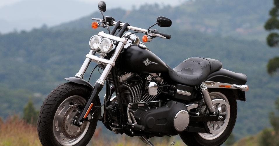 Integrante da linha Dark Custom, a Harley Fat Bob se destaca pelos faróis cromados, guidão reto e pelos largos pneus traseiros