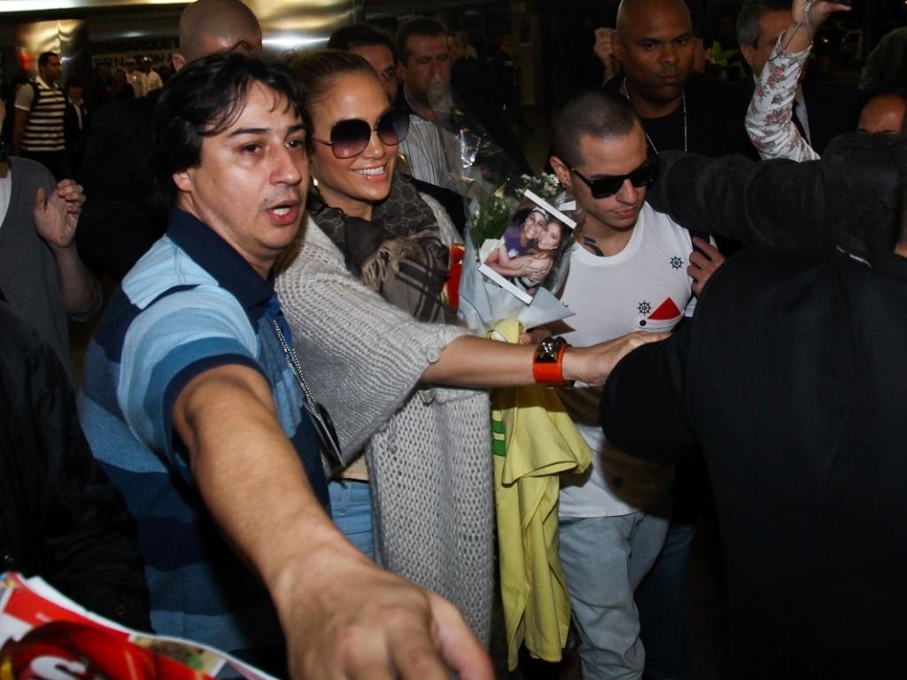 Jennifer Lopez desembarcou em São Paulo acompanhada dos filhos e do namorado, o bailarino Casper Smart (22/6/12)