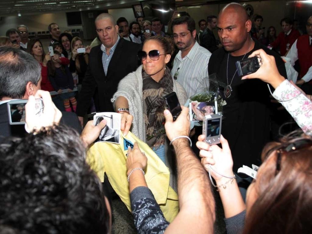 Jennifer Lopez desembarcou no aeroporto de Guarulhos, em São Paulo (22/6/12). A cantora causou tumulto no local ao ser recepcionada por vários fãs