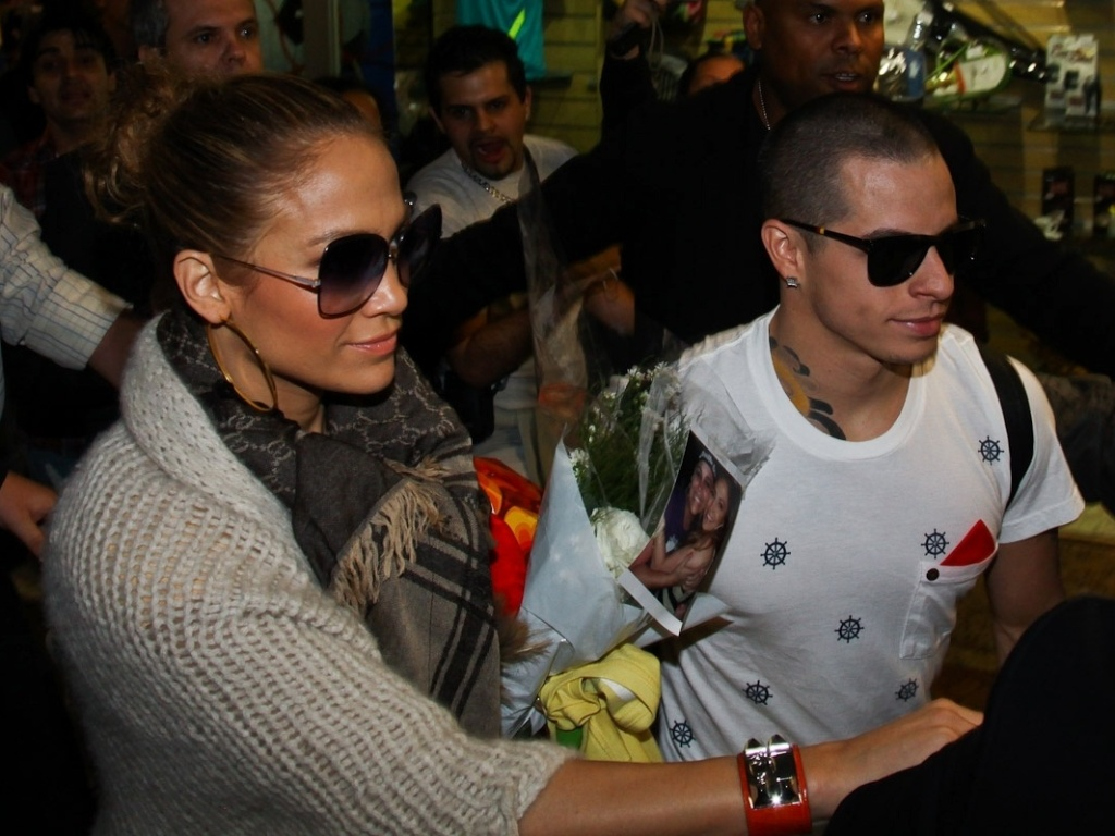 Jennifer Lopez e o namorado, Casper Smart, desembarcam em So Paulo (22/6/12)
