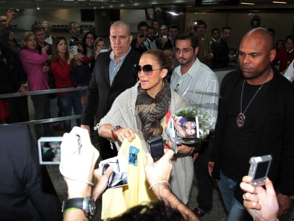 Jennifer Lopez é recepcionada por fãs no aeroporto de Guarulhos, em São Paulo (22/6/12)