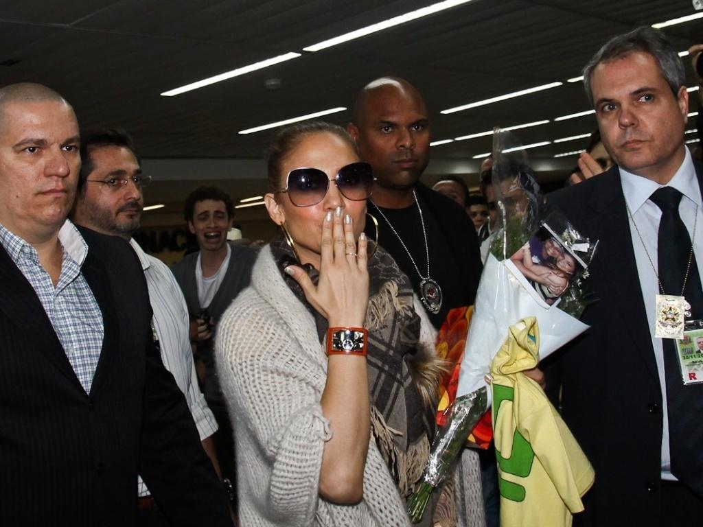 Jennifer Lopez mandou beijos para os fotógrados ao desembarcar no aeroporto de Guarulhos, em São Paulo (22/6/12)