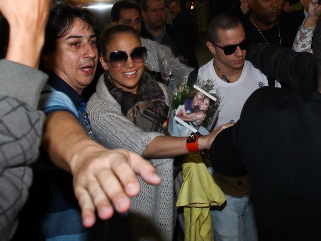 Jennifer Lopez posou para fotos com os fãs (22/6/12)