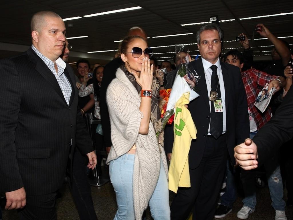 Jennifer Lopez recebeu flores dos fãs ao desembarcar no aeroporto de Guarulhos, em São Paulo (22/6/12)