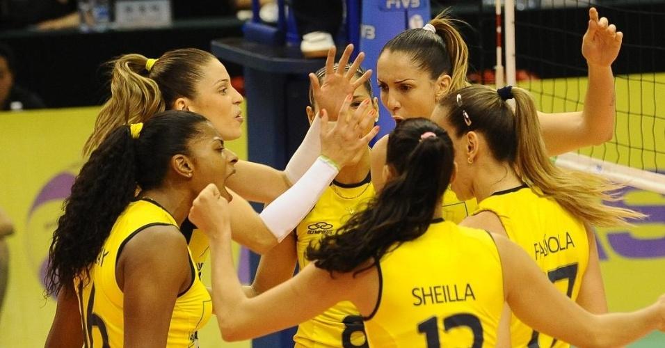 Jogadoras da seleção brasileira comemoram vitória por 3 sets a 2 sobre Cuba