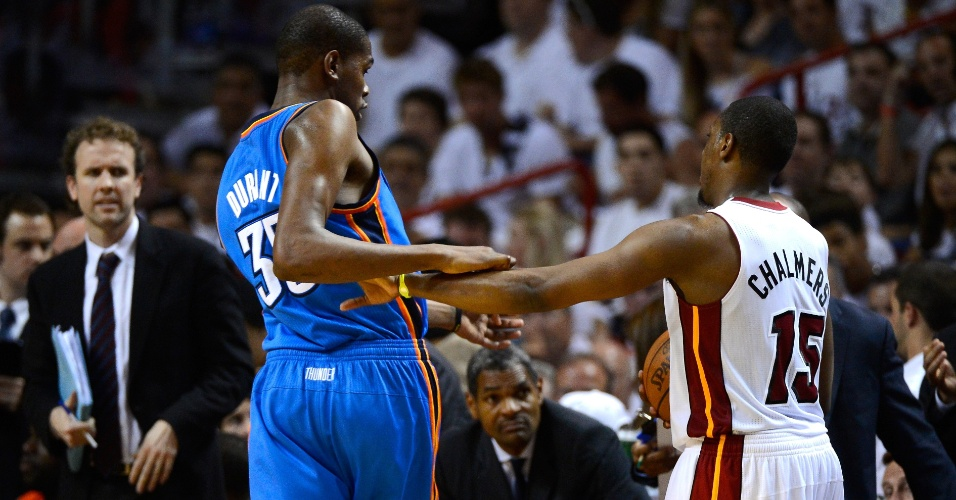 Kevin Durant, do Oklahoma City Thunder, e Mario Chalmers, do Miami Heat, se desentendem