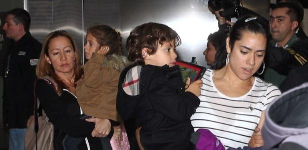 Max e Emme, filhos gêmos de Jennifer Lopez, desembarcam no aeroporto de Guarulhos, em São Paulo (22/6/12)