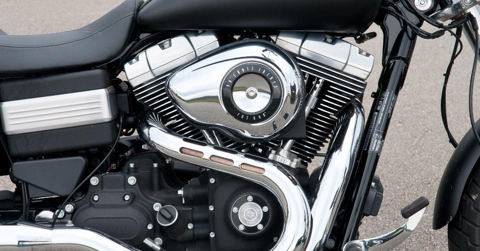No coração da Fat bob fica o V2 Twin Cam 96 de 1585 cm³ e refrigeração a ar, cuja potência não foi revelada pela Harley