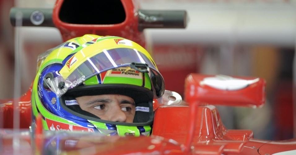 O brasileiro Felipe Massa observa o trabalho da Ferrari nos boxes