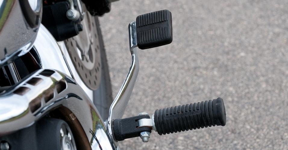O comando avançado e a pedaleira robusta do freio traseiro exige uma perícia por parte do piloto