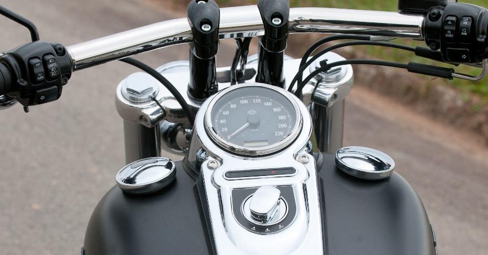 O painel de desenho simples mostra ao piloto autonomia, indicação de marcha e giro do motor, além das funções conhecidas