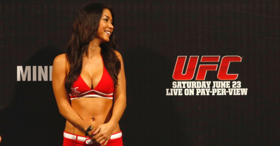 Ring girl Arianny Celeste observa a pesagem dos lutadores em evento do UFC 147