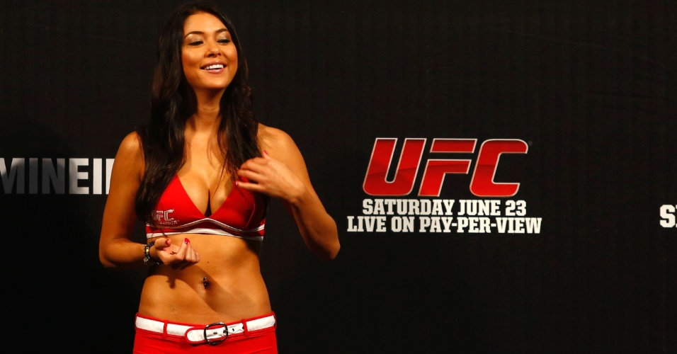 Ring girl Arianny Celeste prestigia pesagem do UFC em Belo Horizonte