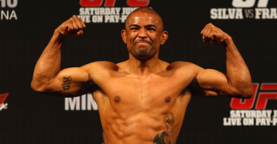 Serginho, que vai disputar a final do TUF, comemora em pesagem para o UFC 147