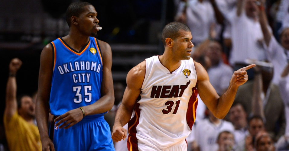 Shane Battier, do Miami Heat, agradece assist&#234;ncia ap&#243;s anotar arremesso de tr&#234;s pontos