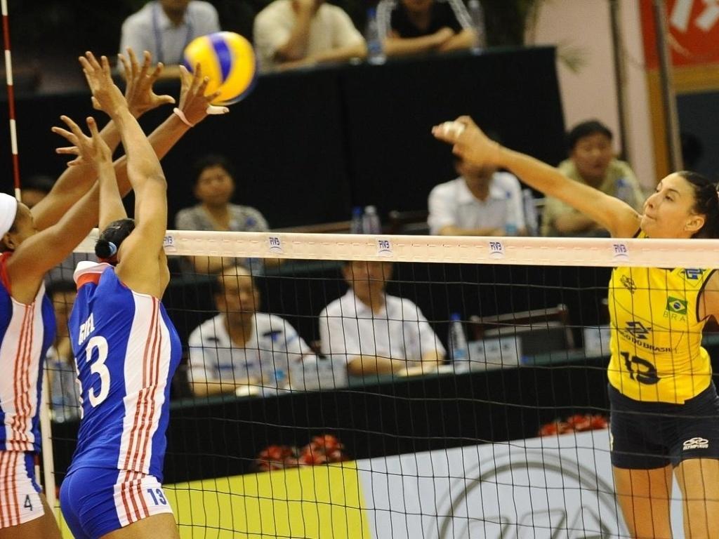 Sheilla tenta ataque em jogo do Brasil contra a seleção cubana