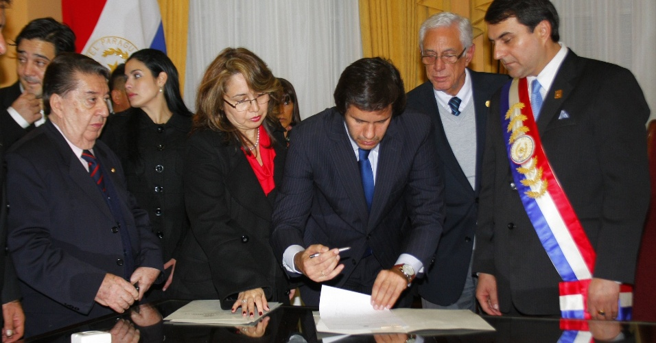 23.jun.2012 - Federico Franco (&#224; dir.), novo presidente do Paraguai, investe o ministro do Interior, Carmelo Caballero (centro) e o chanceler Jos&#233; F&#233;lix Fern&#225;ndez Estigarribia (&#224; esq.) durante cerim&#244;nia no pal&#225;cio presidencial de Assun&#231;&#227;o