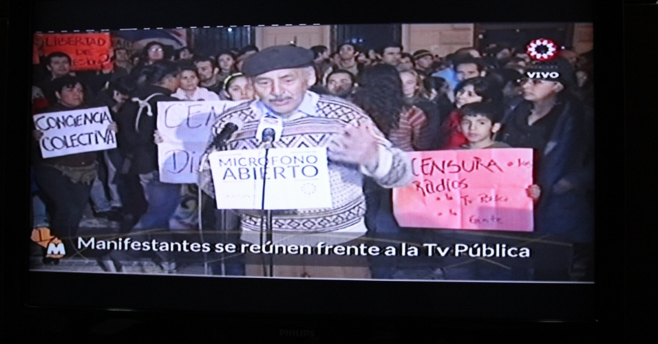 23.jun.2012 -A ?TV Publica? do Paraguai abriu o microfone para manifestantes expressarem suas opini&#245;es a respeito do momento pol&#237;tico vivido pelo pa&#237;s ap&#243;s a deposi&#231;&#227;o de Fernando Lugo. As declara&#231;&#245;es est&#227;o sendo transmitidas ao vivo pela emissora, que &#233; p&#250;blica e foi criada em 2011 por Fernando Lugo, para todo o pa&#237;s