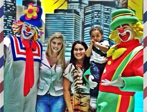 """Bárbara Evans leva o afilhado para o espetáculo infantil Patati Patatá, em São Paulo. """"Se você quer sorrir e brincar PATATI PATATA ?"""", escreveu a modelo"""