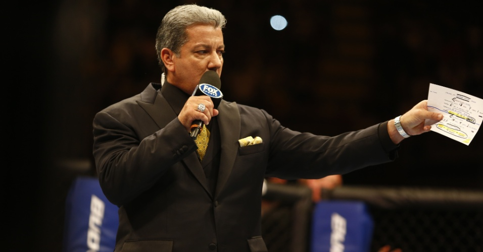Bruce Buffer d&#225; seu show para o p&#250;blico ao fazer a apresenta&#231;&#227;o e anunciar resultados das lutas