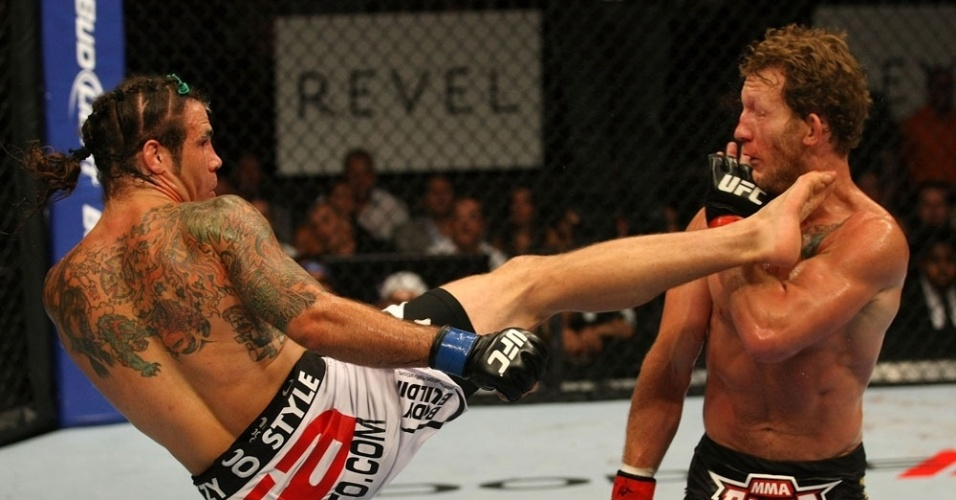 Clay Guida acerta chute em Gray Maynard, em uma luta de muitas vaias; Guida fugiu do rival durante os 5 rounds e acabou derrotado por pontos
