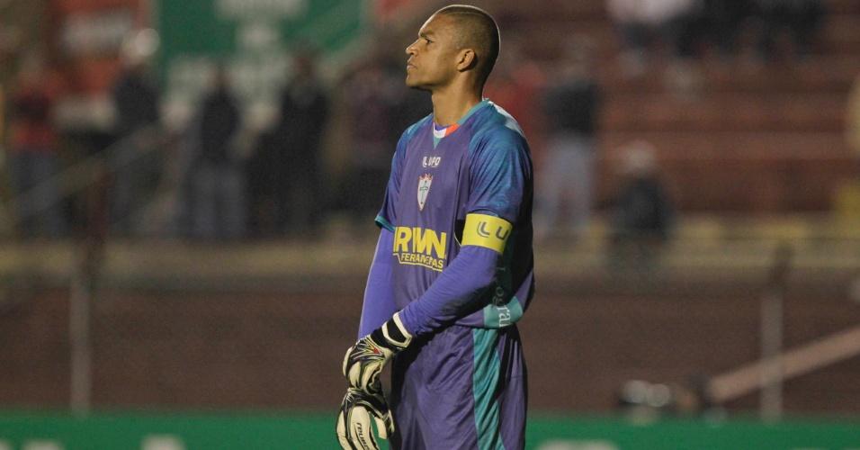 Goleiro Dida observa jogo em sua partida de estreia pela Portuguesa, contra o São Paulo