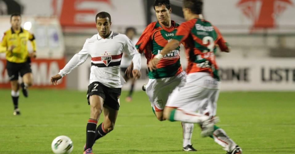 Gustavo, camisa 3 da Portuguesa, tenta tirar bola do atacante Lucas, do São Paulo