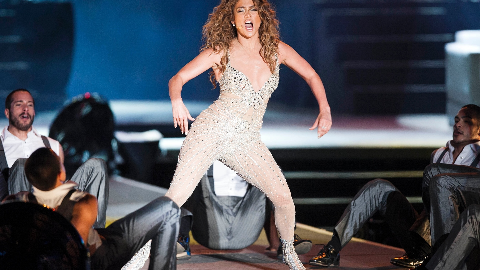 Jennifer Lopez dana no palco do Pop Music Festival, em SP (23/6/12)