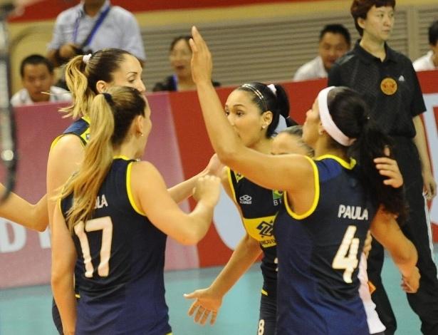 Jogadoras brasileiras vibram após confirmarem a vitória por 3 sets a 0 sobre Porto Rico