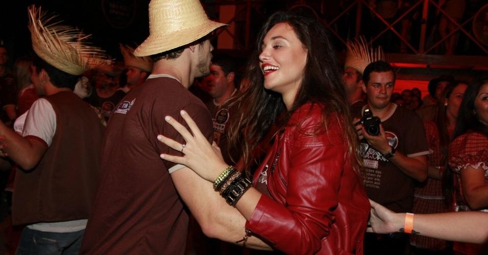 José Loreto e Débora Nascimento dançam quadrilhana festa de São João, de Gravatá no Pernambuco (22/6/12)