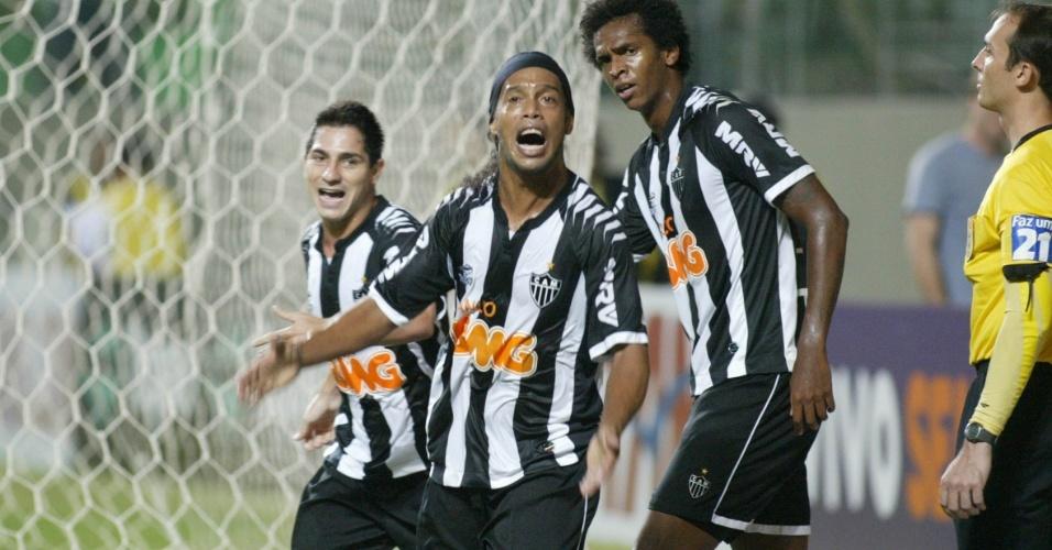 Ronaldinho comemora após marcar para o Atlético-MG contra o Náutico