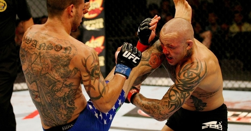 Ross Pearson tenta agarrar a perna de Cub Swanson em sua derrota por nocaute