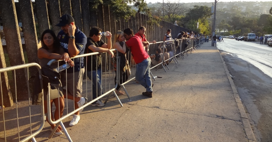 Torcedores formam fila para entrar no Mineirinho e acompanhar o UFC 147