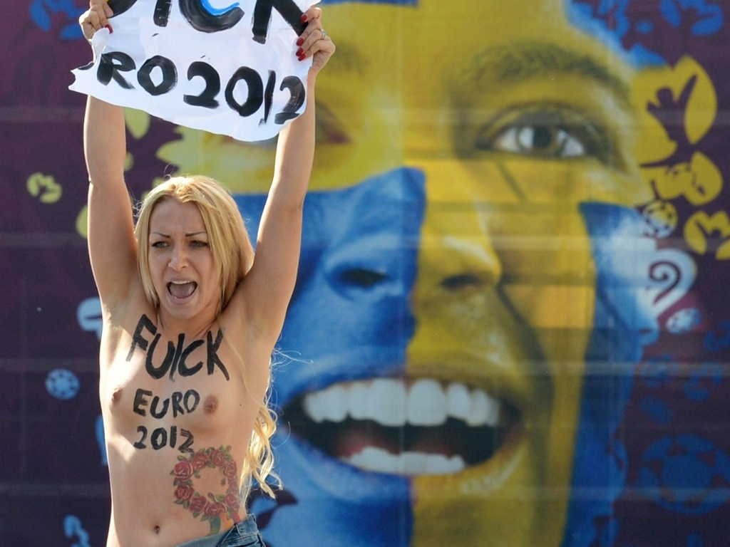 24.jun.2012 - Integrante do grupo feminista Femen protesta no estdio olmpico em Kiev, na Ucrnia, durante partida do campeonato Euro 2012