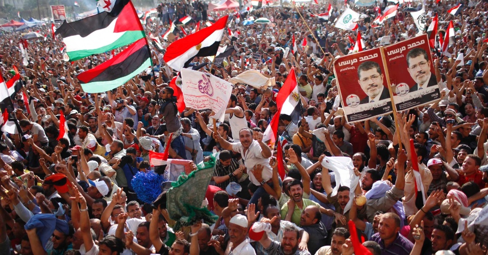 24.jun.2012 - Na pra&#231;a Tahrir, no Cairo, simpatizantes da Irmandade Mu&#231;ulmana comemoram an&#250;ncio da vit&#243;ria de Mohamed Mursi, declarado o primeiro presidente eleito do Egito desde a queda do regime de Hosni Mubarak