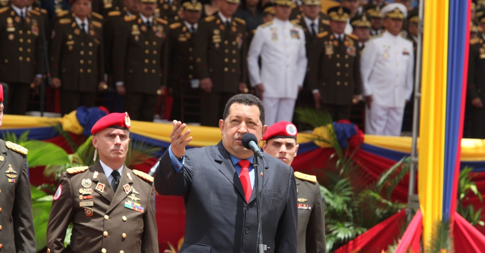 24.jun.2012 - O presidente da Venezuela, Hugo Ch&#225;vez, discursa durante celebra&#231;&#227;o do 19&#186; anivers&#225;rio da batalha de Carabobo, em Caracas. Ch&#225;vez retirou o embaixador do Paraguai e suspendeu envio de petr&#243;leo para o pa&#237;s ap&#243;s a queda do ex-presidente Fernando Lugo