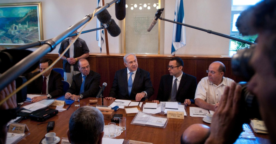 24.jun.2012 - O primeiro-ministro israelense, Benjamin Netanyahu (centro), participa da reuni&#227;o semanal do gabinete de governo, em Jerusal&#233;m, neste domingo
