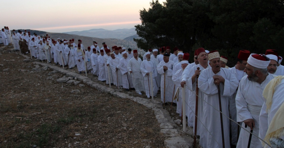 24.jun.2012 - Samaritanos rezam no monte Gerizim, na cidade de Naplusa, Cisjord&#226;nia, durante as celebra&#231;&#245;es de Shavout