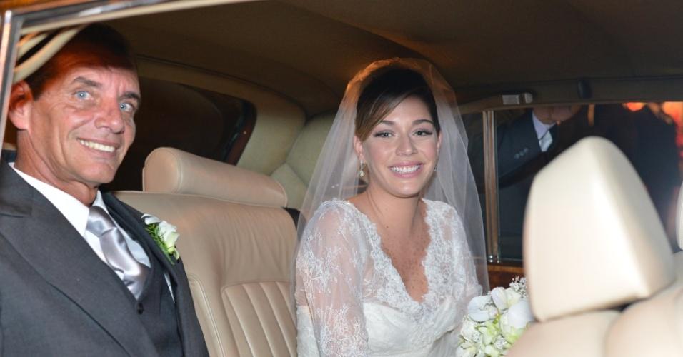 """A atriz Luma Costa chega ao casamento ao lado do pai, Jorge Bastos (23/6/12). Luma viveu Nanda em """"Fina Estampa"""""""