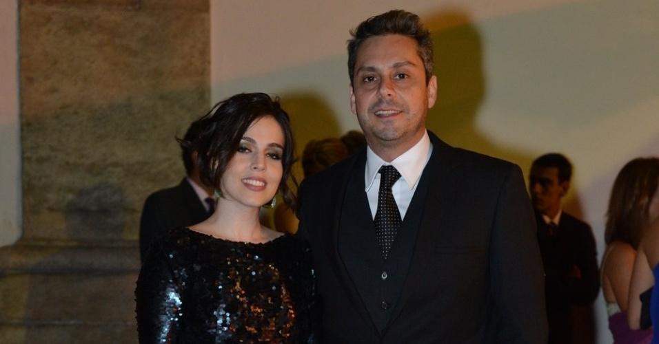 Alexandre Nero chega ao casamento da atriz Luma Costa acompanhado de sua namorada Karen Brustolin, no Rio (23/6/12)