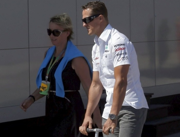 Antes da corrida, Michael Schumacher passeou de patinete pelo circuito de Val&#234;ncia