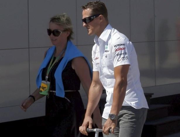 Antes da corrida, Michael Schumacher passeou de patinete pelo circuito de Valência