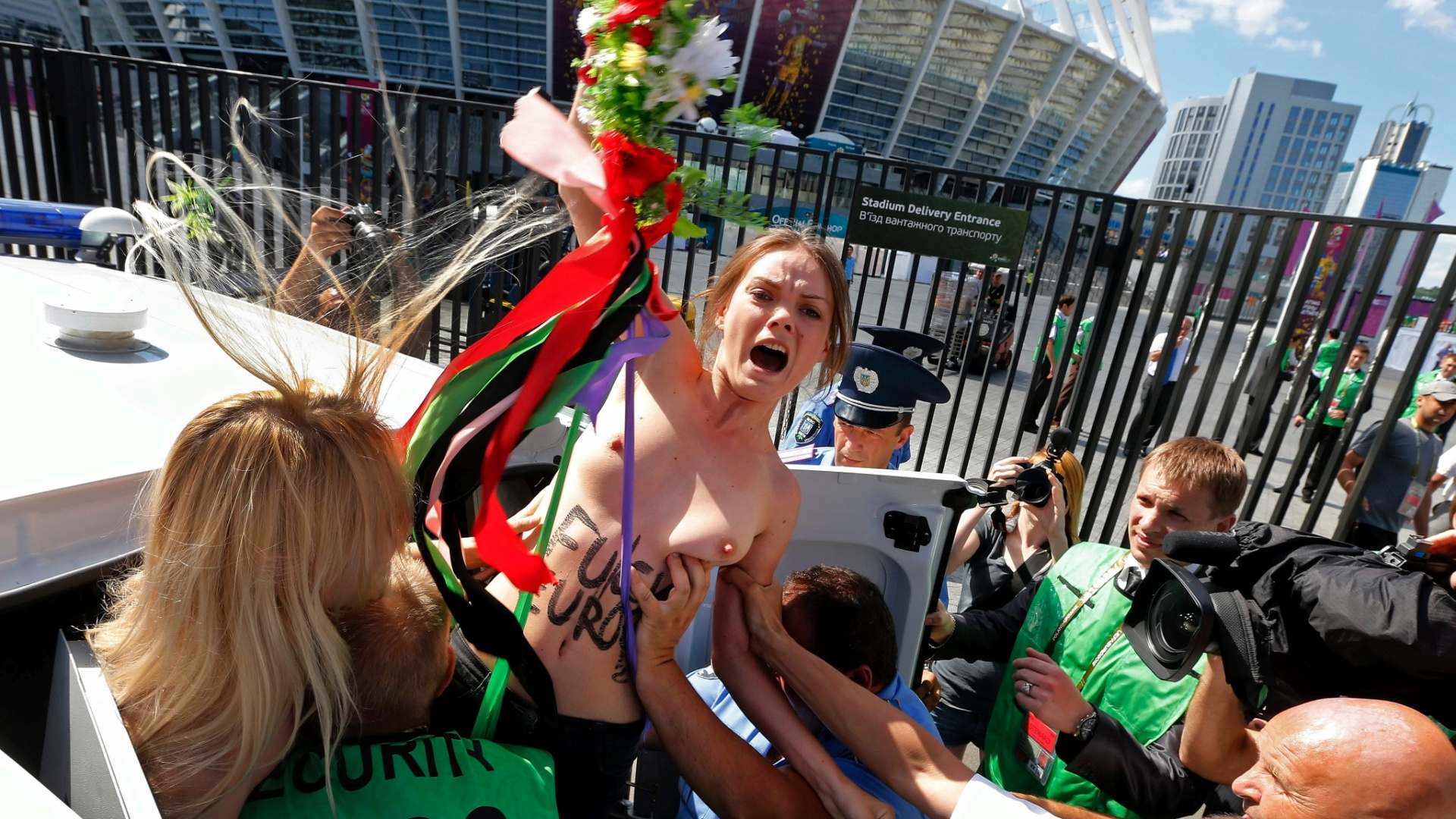 Ativistas do Femen fizeram protesto contra a Euro-2012 e foram presas horas antes do incio da partida entre Inglaterra e Itlia, em Kiev, na Ucrnia