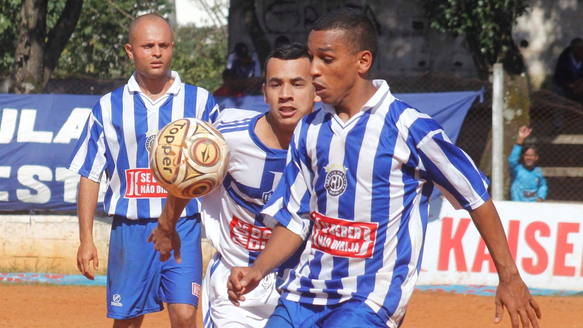 Bom jogo entre Vila Rica (branco) e Unidos Heliopolis (azul e branco)
