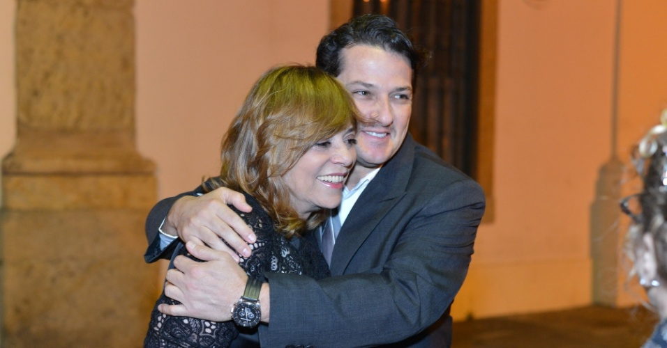 Glória Perez recebe um abraço do ator Marcelo Serrado na porta da igreja Nossa Senhora de Bonsucesso, onde foi realizado o casamento da atriz Luma Costa (23/6/12)