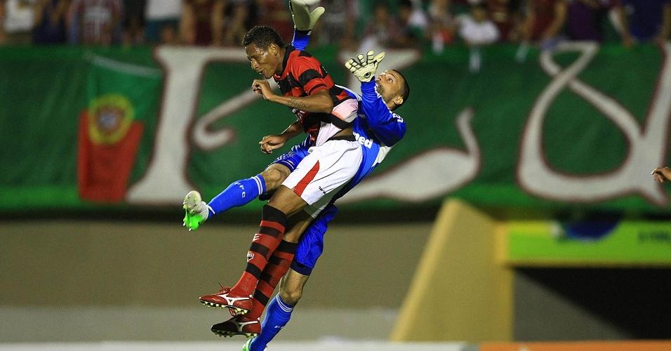 Goleiro Diego Cavalieri disputa bola com atacante do Atlético-GO, que pouco incomodou no jogo