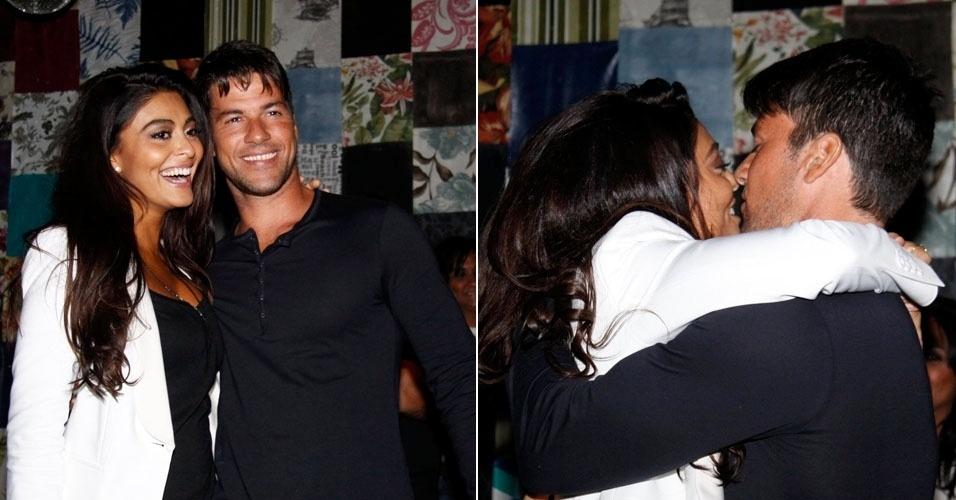 """Juliana Paes troca carinhos com o marido em festa para a série """"Gabriela"""" em boate do Rio (23/6/12)"""