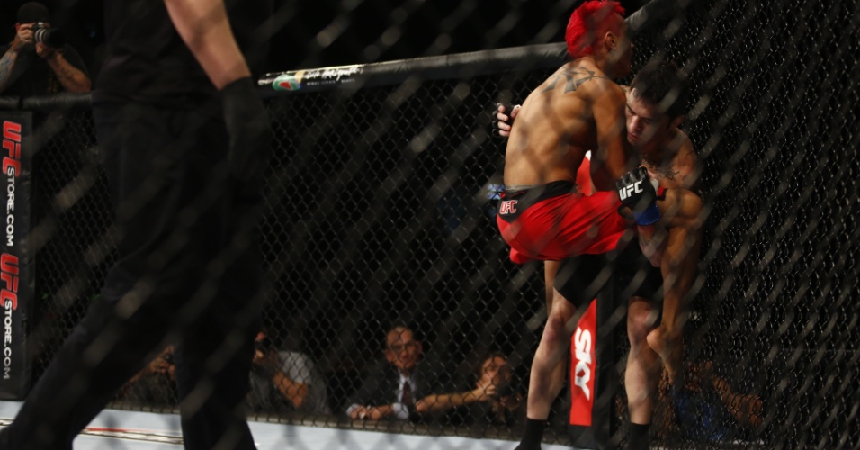 Pepey for&#231;a Jason sobre a grade em duelo final do TUF