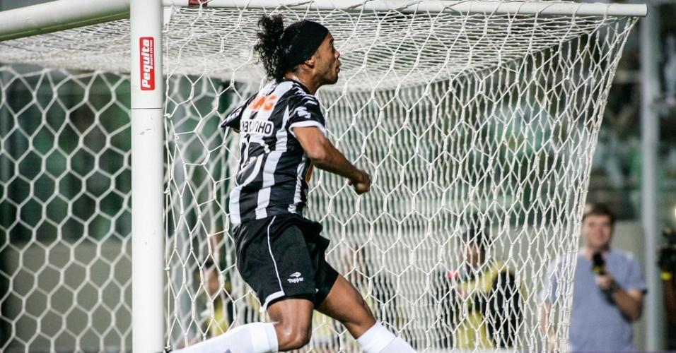 Ronaldinho comemora gol na goleada do Atlético-MG sobre o Náutico (23/06/2012)